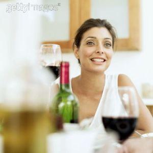 Having una copa de vino tinto de sobremesa